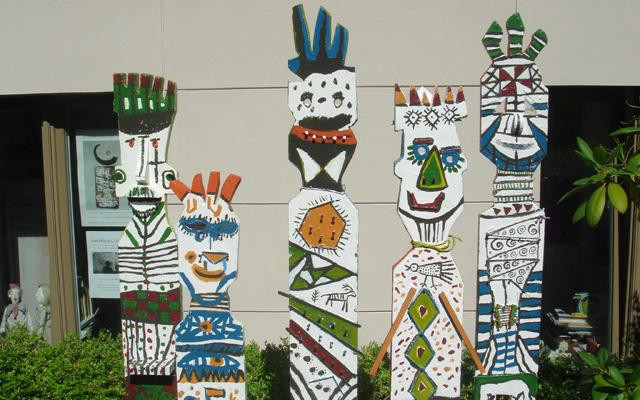 Holzfiguren vor dem kleinen Hofatelier